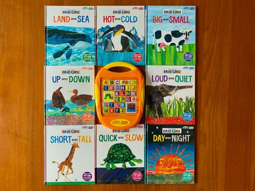 This screen-free activity pad and book set is an engaging educational toy that encourages children to listen and learn while they play
