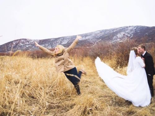 A Redditor reveals the hilarious behind the scenes reality of achieving this classic wedding photo