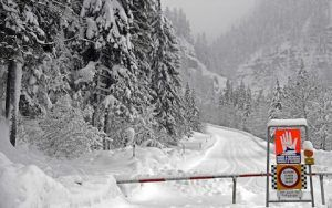 Heavy alpine avalanches in Austrian ski regions secluded thousands of people