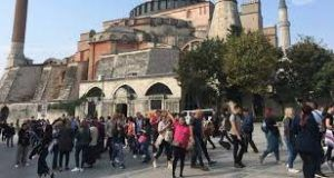 Tourists flock to Istanbul due to unusually warm weather