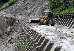 Torrential rainfall causes mudslide; Sichuan-Tibet highway collapsed