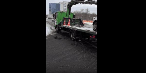 Russian Driver Reverses Off a Tow Truck Like It's No Big Deal