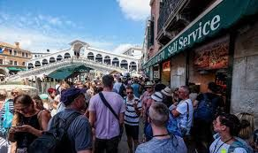 Venice bans takeaway food shops to struggle against hit-and-run tourism