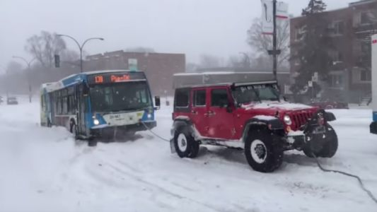 Watch a Whole Team of Off-Roaders Hitch Up to Save a Bus in a Snowstorm
