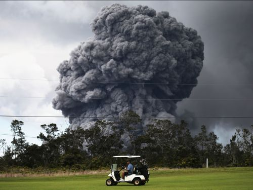 Stunning images show golfers undisturbed by volcano eruption in Hawaii