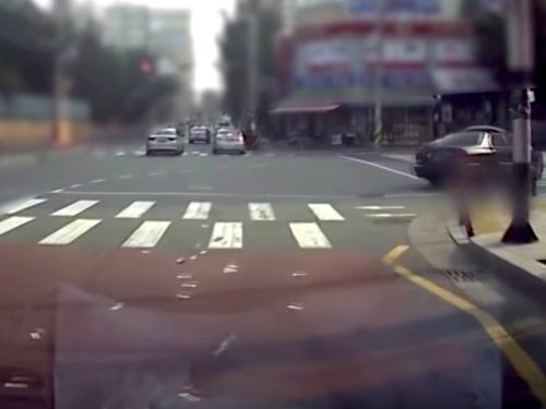 Watch a woman scatter $14,000 worth of cash out her window while driving through city streets in South Korea