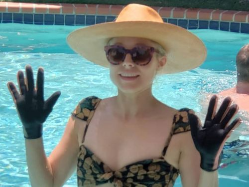 Kristen Bell has a creative solution to avoid pruney fingers while swimming - and her fans think it's on point