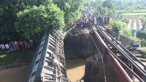 5 people dead, 100+ injured as Bangladesh train derails