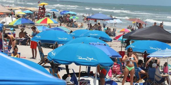 Huge crowds descend on US beaches for Memorial Day weekend as officials warn residents to maintain social distancing